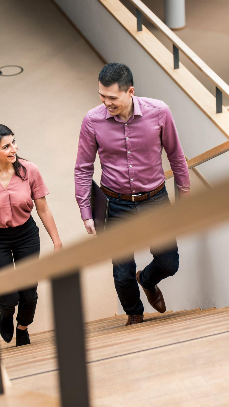 Eine Frau und ein Mann unterhalten sich auf einer Treppe