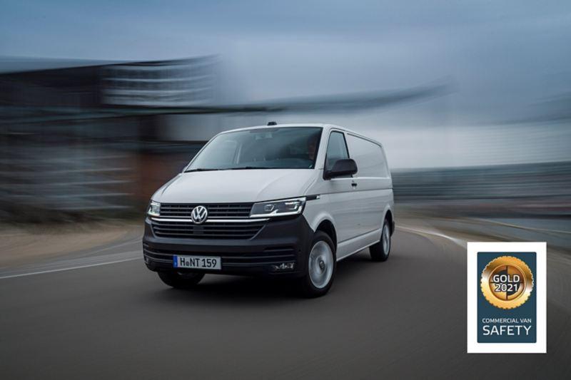 Hvit Volkswagen vw Transporter varebil kjører på veien. På bildet ser man også et sertifikat som viser at Transporter vant gull i Euro NCAP sikkerhetstest