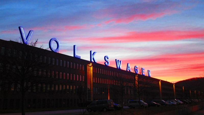 Der Volkswagen Schriftzug auf dem Dach des Werks in Kassel