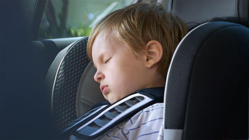 Kind schläft in Kindersitz – Sicherheit