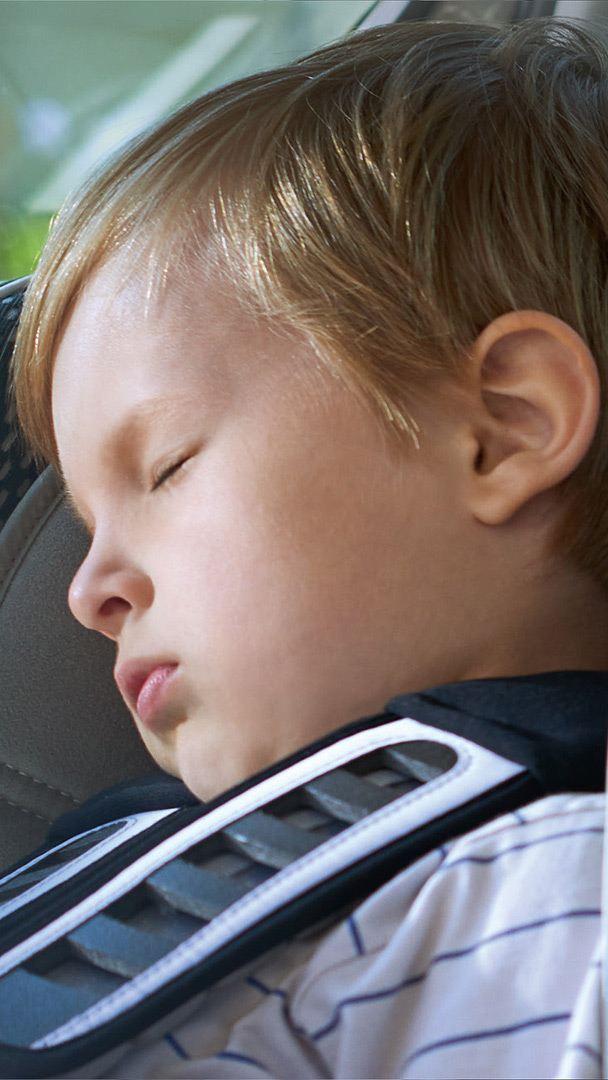 Kind schläft in Kindersitz – Versicherungen