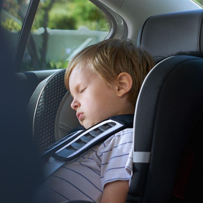 Kinder schlafen auf der Rückbank