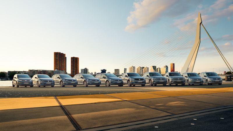 Volkswagen Flotte steht aufgereiht vor Skyline – Neuwagen-Finanzierung