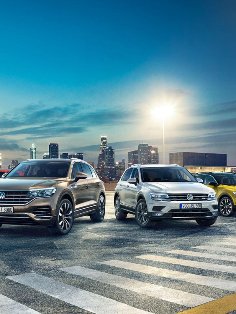 Volkswagen T-Cross T-Roc Tiguan Touareg parcheggiate in un parcheggio di notte