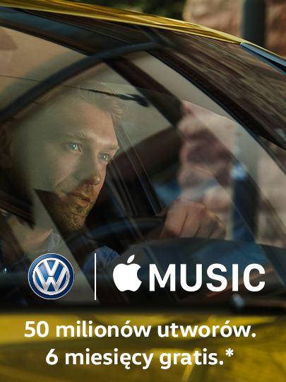 Kierowca w VW Golf spogląda przez przednią szybę, na zdjęciu logo VW i Apple