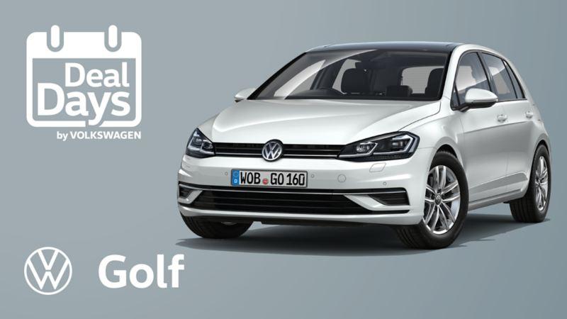 Το Volkswagen Golf R-Line κινείται το βράδυ σε έναν δρόμο.
