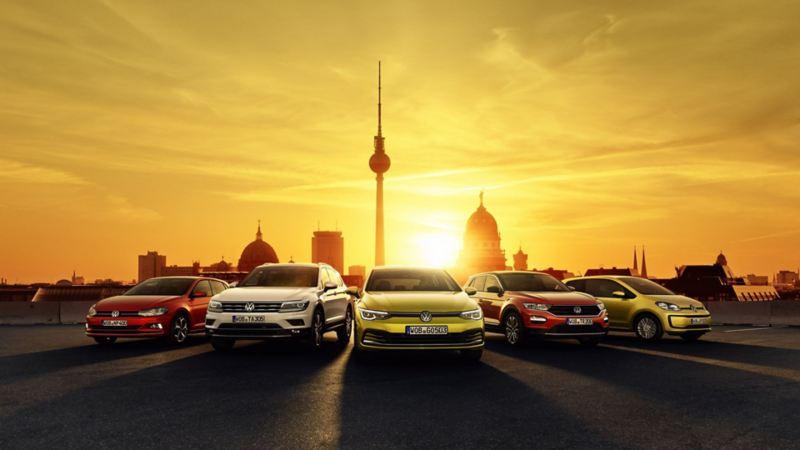 VW-Autos in vor der Skyline von Berlin
