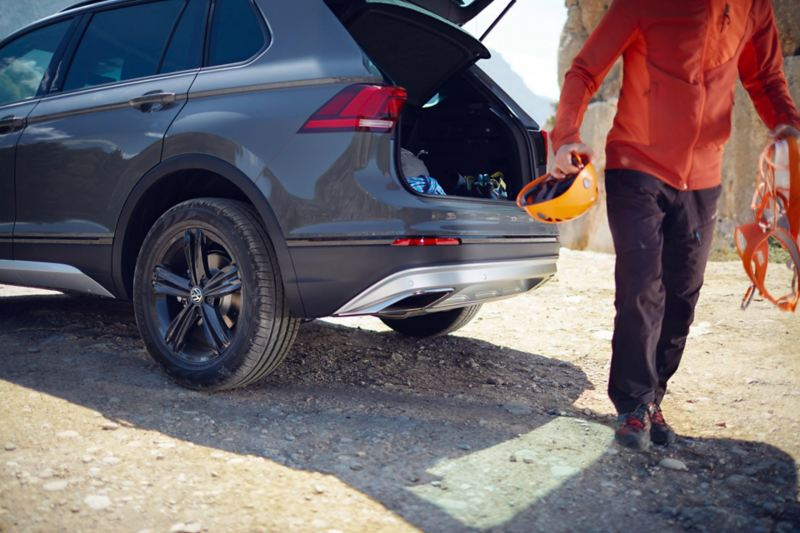 Una Volkswagen Tiguan con bagagliaio aperto - VW Service