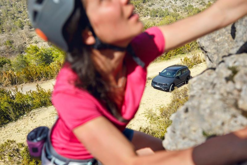 Una ragazza sta facendo free climbing.