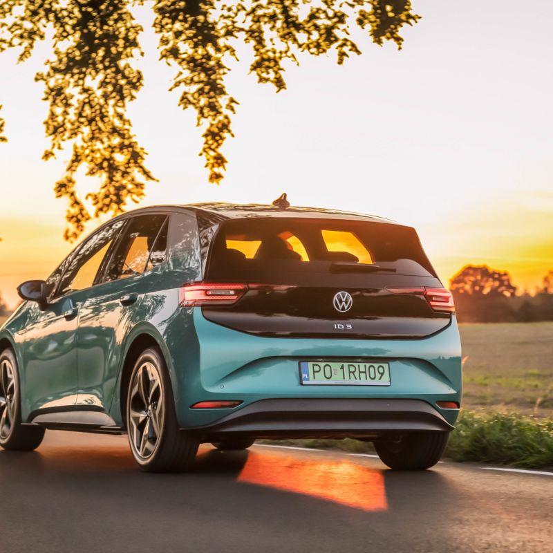 """Dyskusja o najkorzystniejszych warunkach użytkowania auta elektrycznego w nowym odcinku podcastu """"Elektrycznie tematyczni"""""""