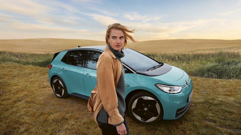 Kvinna framför Volkswagen ID.3
