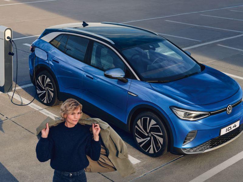 Volkswagen ID.4 auto elettrica ferma in ricarica in un parcheggio