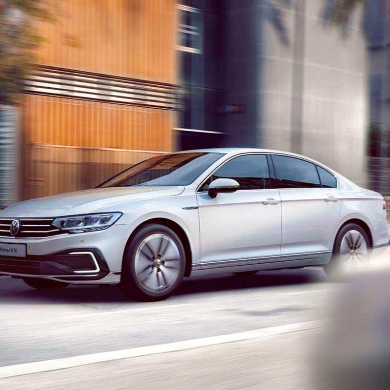 Nuova Passat GTE VW in movimento in città
