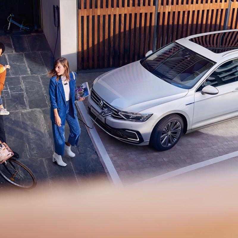 famiglia vicino Nuova Passat Variant GTE VW vista dall'alto