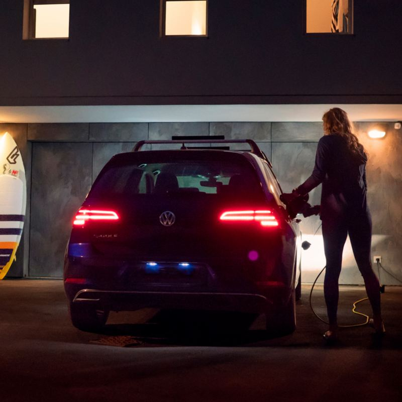 Une femme charge son Volkswagen E golf