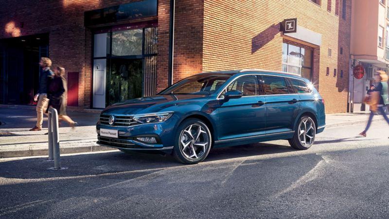 Passat Variant Volkswagen blu parcheggiata in città