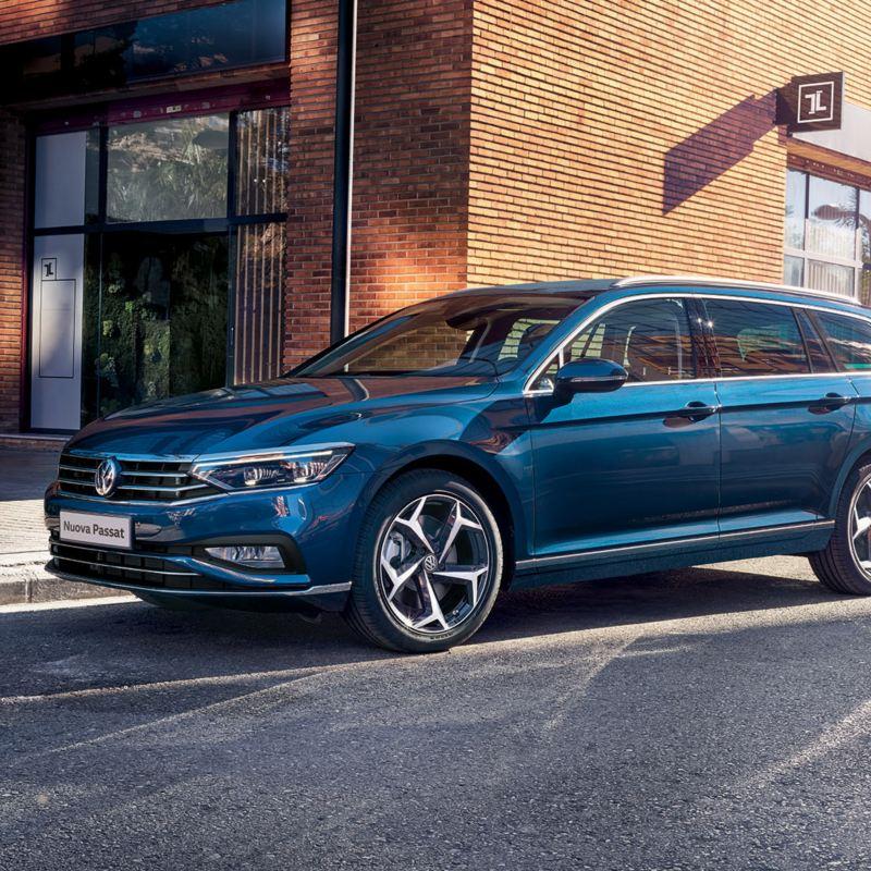 Promozioni Noleggio Business Passat Variant VW laterale ferma in città