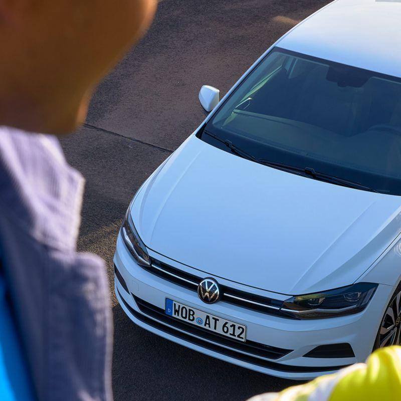 Blick von oben auf den weißen VW Polo ACTIVE.