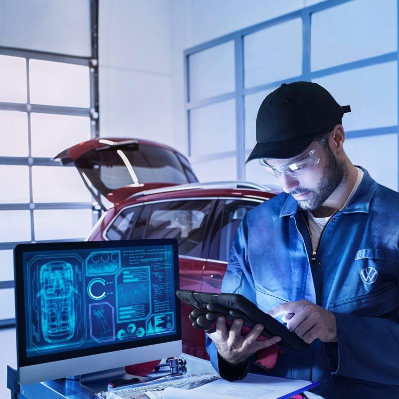 Un addetto di VW Service sta effettuando un controllo su un tablet.
