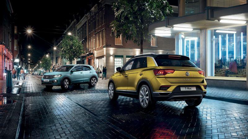 modelli Volkswagen T-Cross e T-Roc parcheggiate in una strada di città di notte