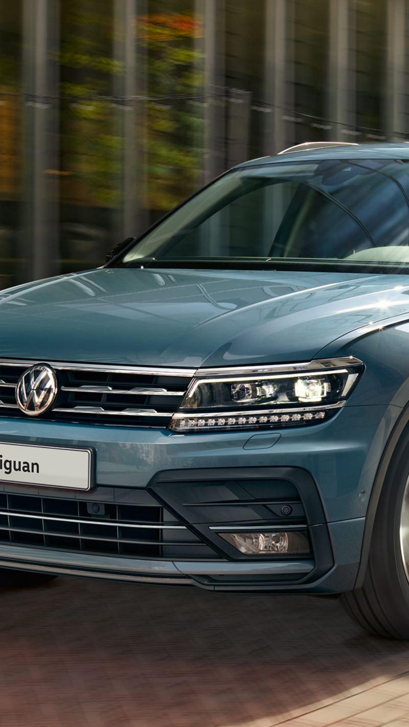 Volkswagen Tiguan di notte su una strada di città