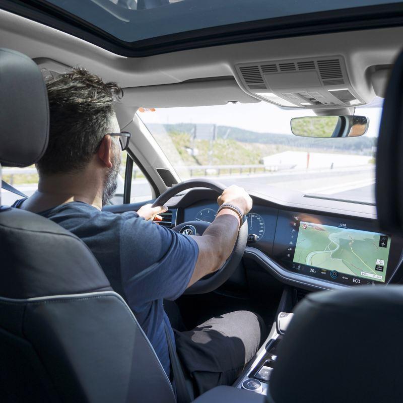 das Touareg Innovision Cockpit bei der Fahrt