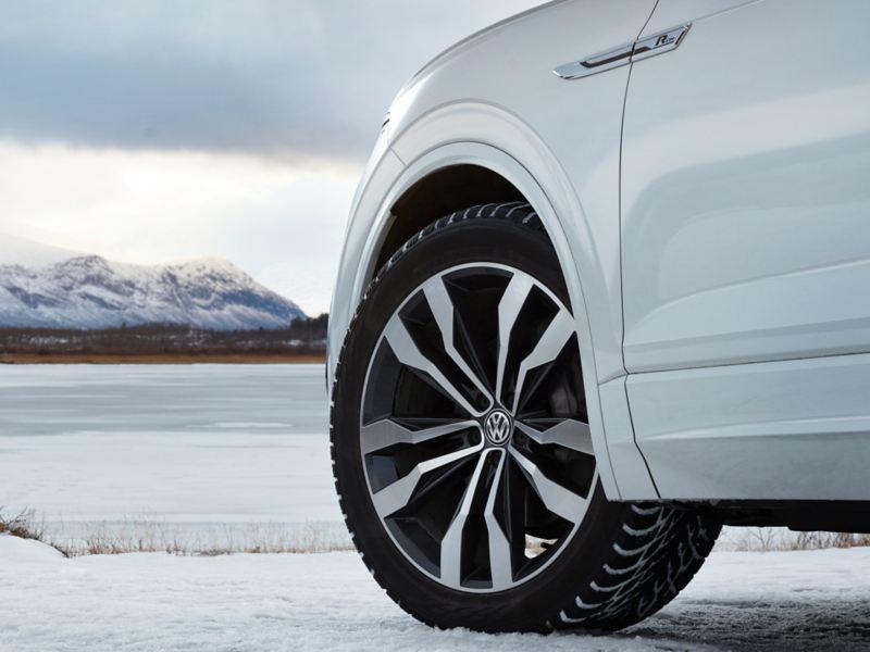 Volkswagen fälg på vit bil i snölandskap
