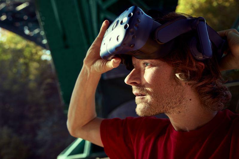Leo tager VR-brillerne af.