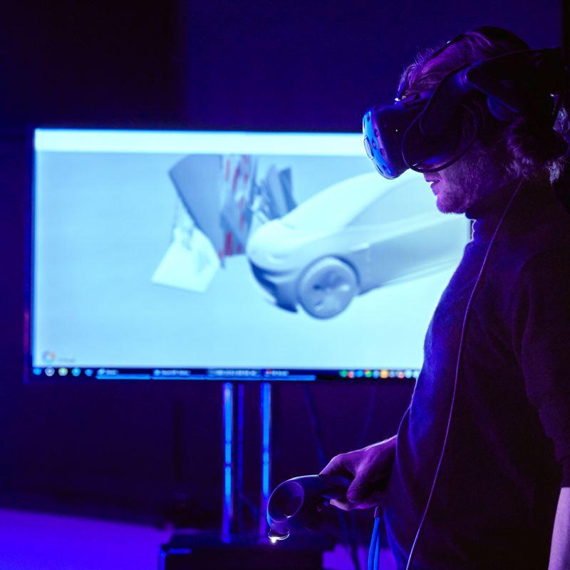 Leo Volland mentre crea l'opera d'arte digitale tridimensionale creata intorno al prototipo pre-serie ID.