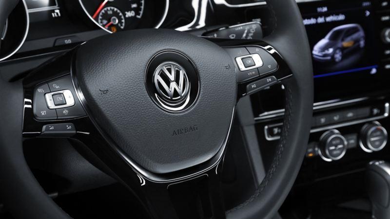 Volante multifunciones en piel presente en Golf 2020 de Volkswagen