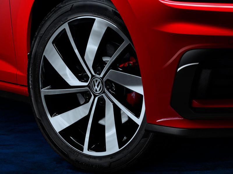 Neumático del Jetta GLI 2020 de Volkswagen con suspensión deportiva
