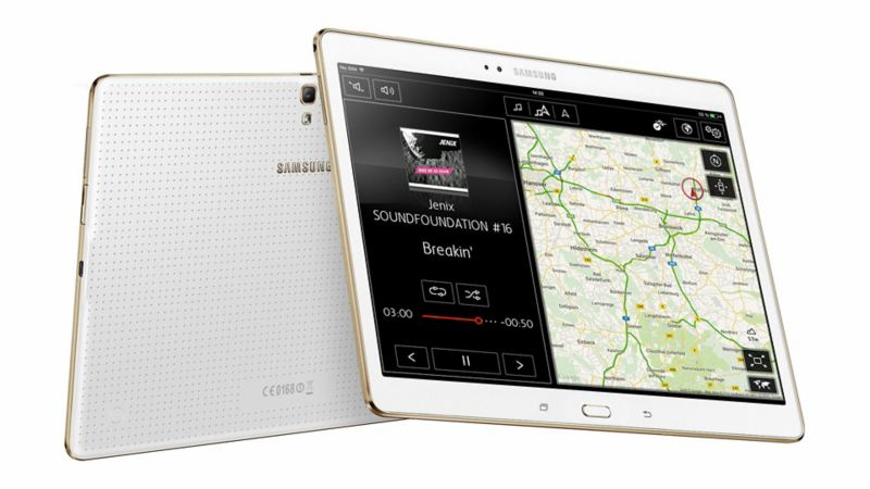 Zwei Tablets mit Volkswagen Media Control und Landkarte
