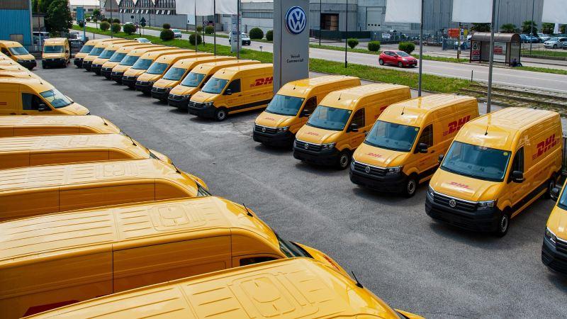 Vista panoramica dei 38 Crafter Volkswagen realizzati e allestiti per DHL.