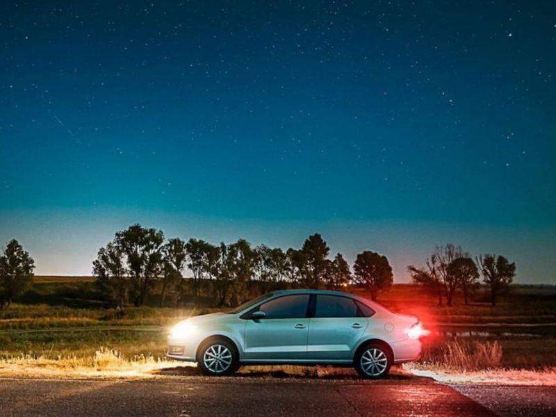 Nuevo Vento VW en exterior conduciendo durante la noche