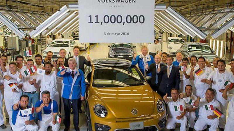 Equipo de Volkswagen México celebrando la producción de once millones de motores