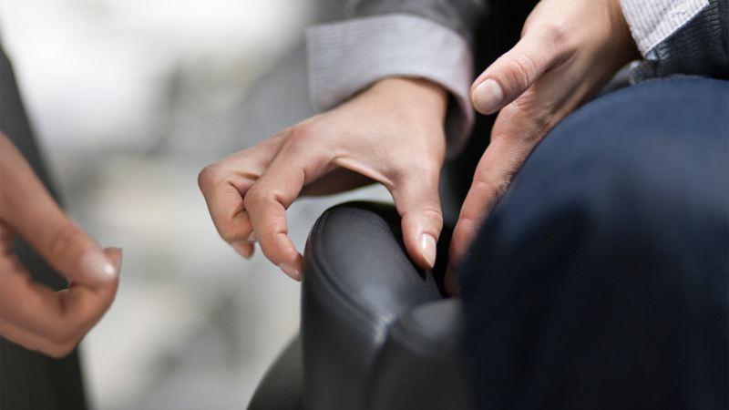 Detailaufnahme zweier Hände bei der Qualitätsprüfung
