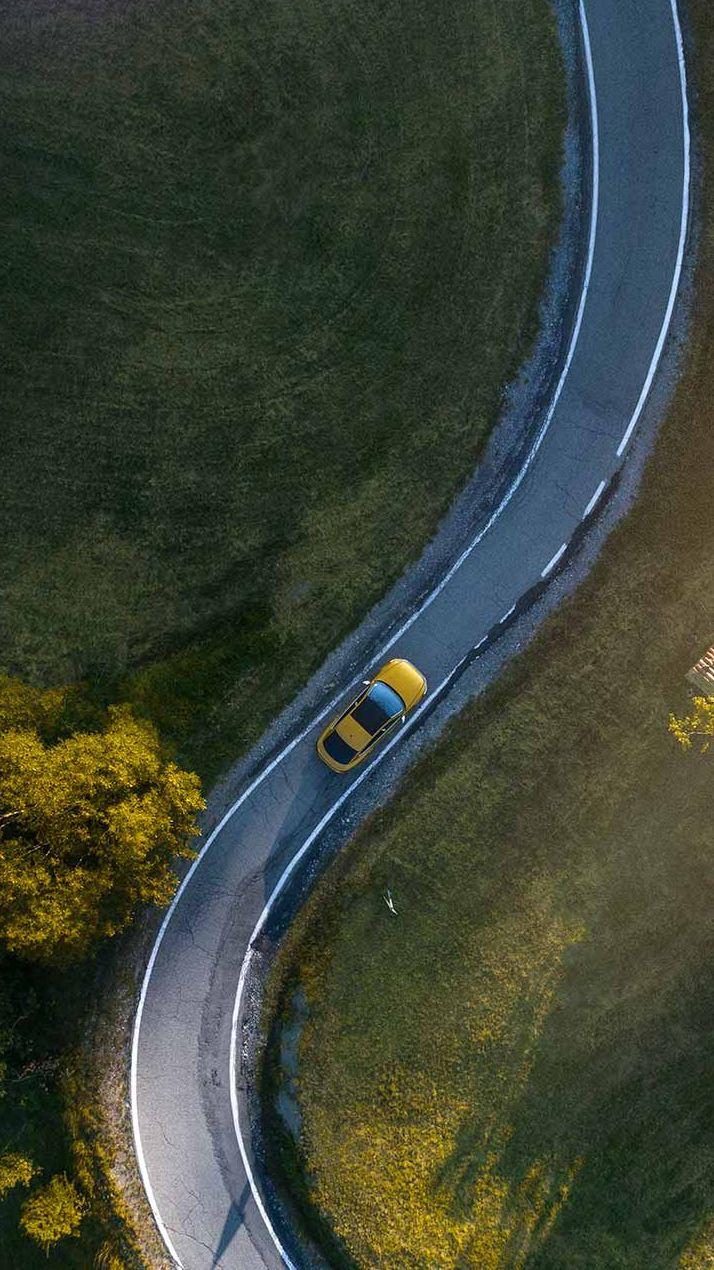 Volkswagen kör längs landsväg sedd uppifrån