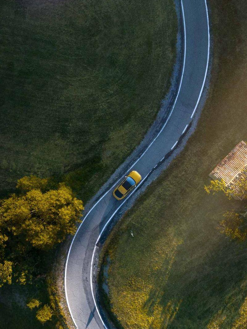 Volkswagen som kör längs bilväg