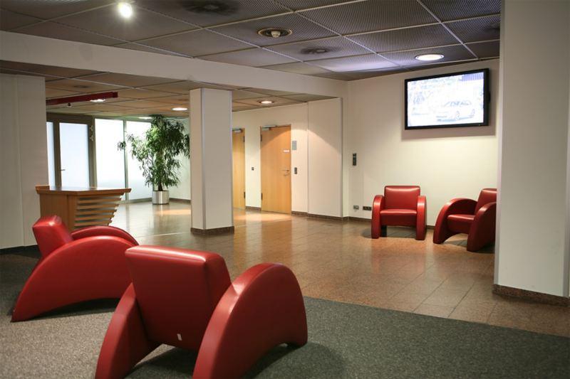 Foyer mit vier roten Ledersesseln