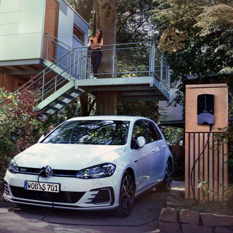 Elektroauto e-Golf lädt an einer Wallbox zu Hause