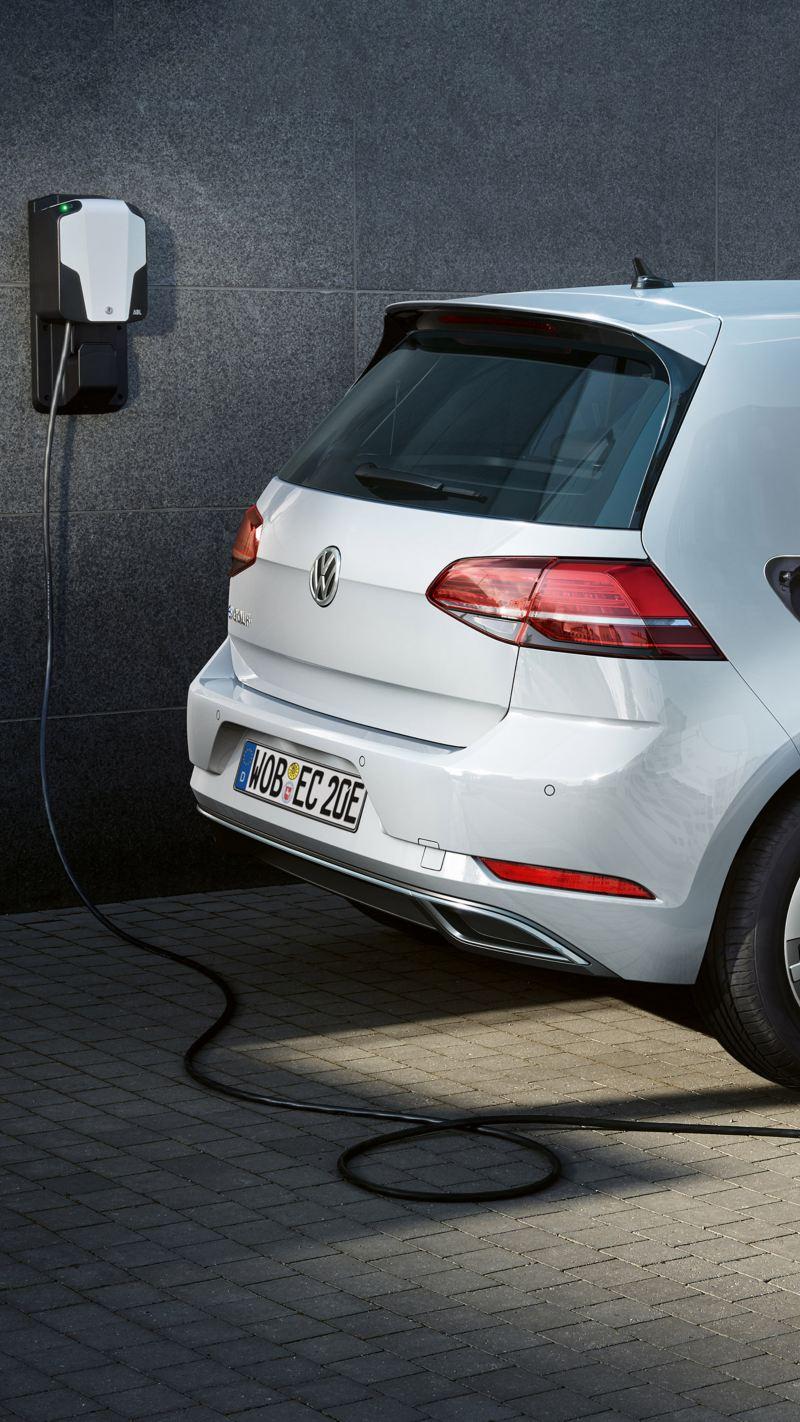 Volkswagen e-Golf lädt an einer Wallbox Typ 2