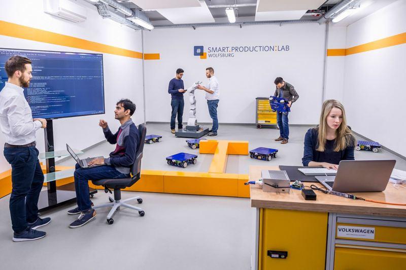 Testumgebung für intelligente Robotik im Smart Production Lab der Volkswagen Konzern-IT