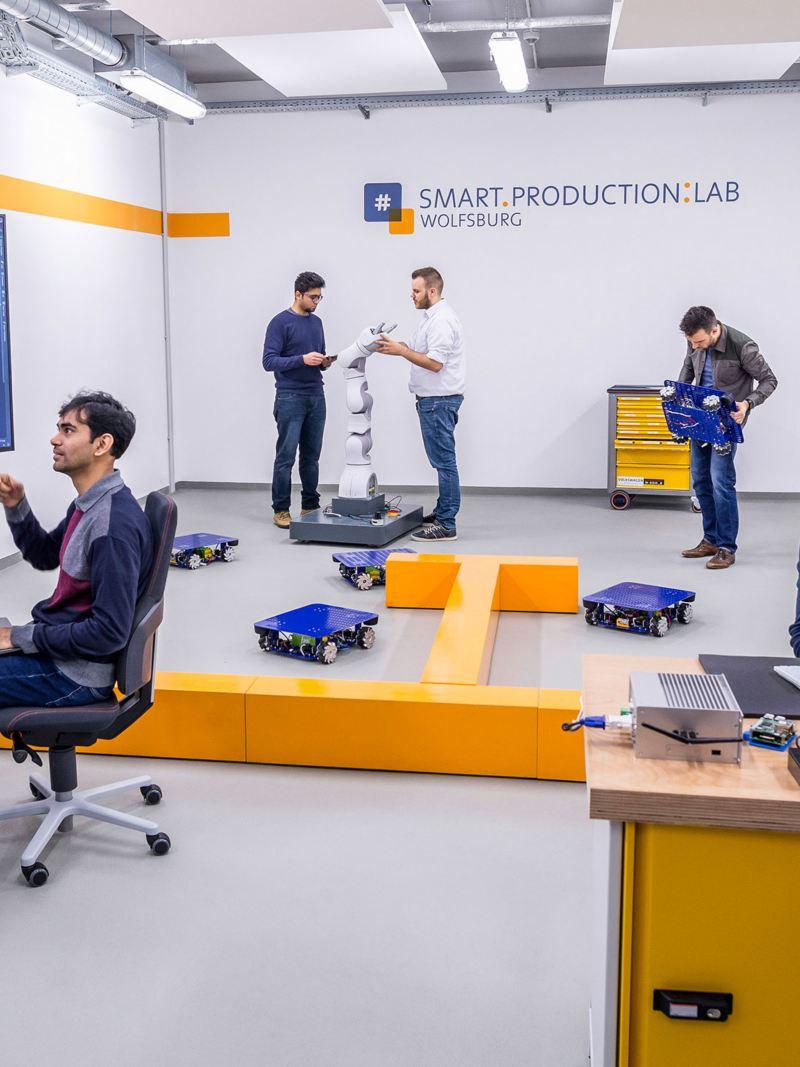 Team arbeitet im Smart Production Lab in Wolfsburg an Robotern