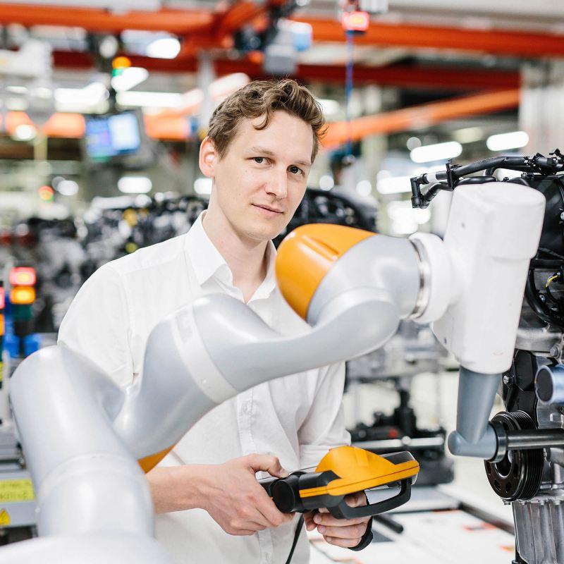Robotik-Experte bei Volkswagen bei der Arbeit