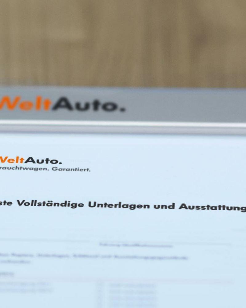 WeltAuto Checkliste liegt auf dem Tisch