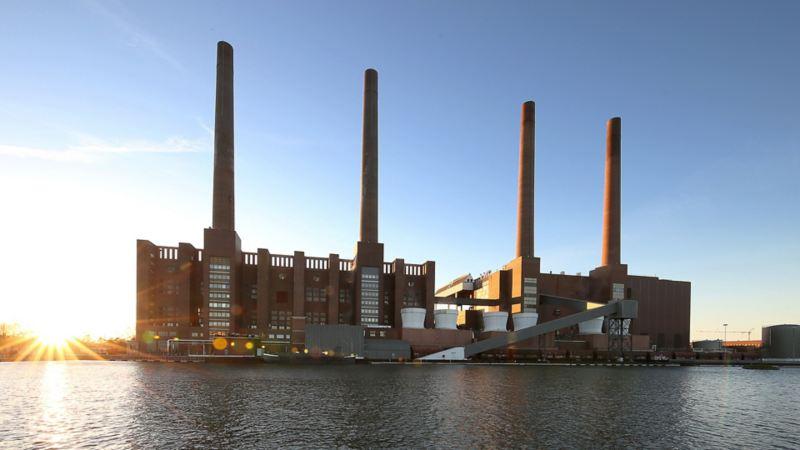 Blick auf das Volkswagen Werk in Wolfsburg mit vier Schornsteinen