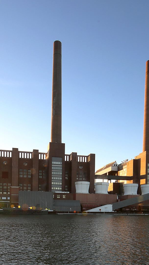 Blick auf das Kraftwerk in Wolfsburg mit vier Schornsteinen