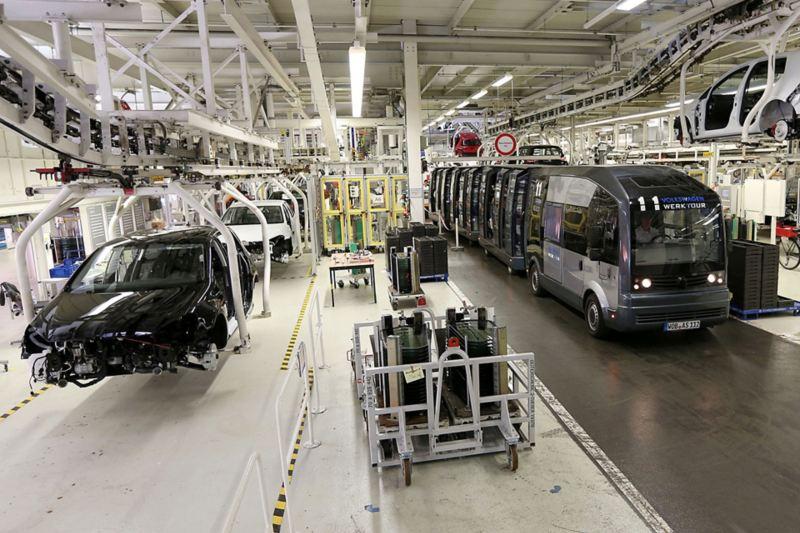Die Panoramabahn neben einem Montageband in einer Produktionshalle
