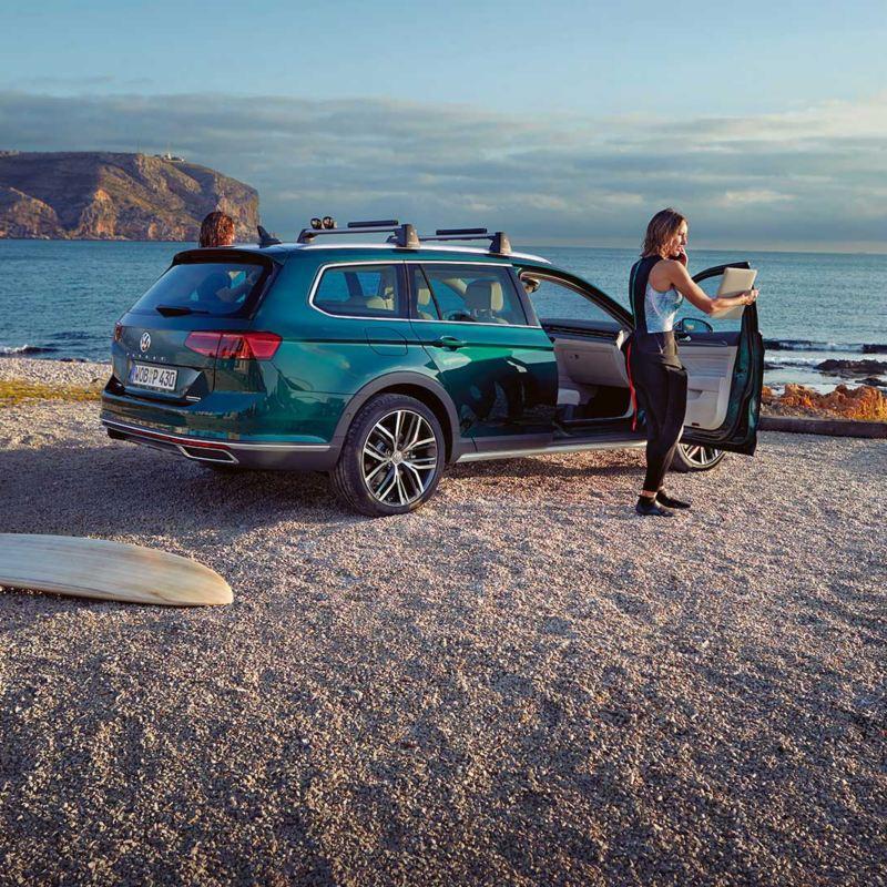 Volkswagen Passat Alltrack parkert på en strand
