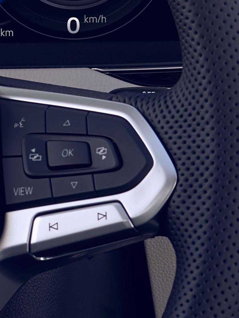 Vue en détail du volant multifonction de la Arteon avec bouton de commande vocale